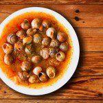 Caracoles en salsa de tomate y jamón.