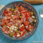 Picadillo de tomates con huevo duro y atún