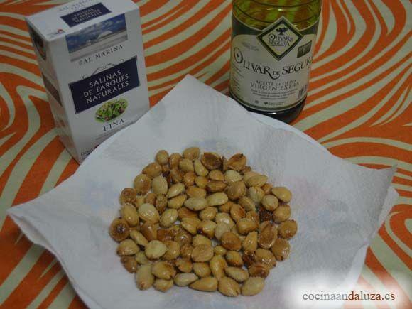 Ingredientes almendras fritas:  almendras de la Barriada Pastelero de Málaga, aceite de oliva  virgen extra Olivar de Segura y sal de los Parque Naturales de Andaluccia