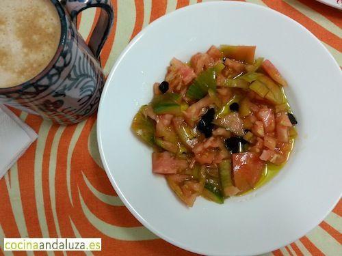 Desayuno natural con tomates del terreno, ajo negro de la abuela y aceite de oliva de  Fuente Piedra