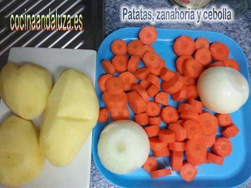 Ingredientes para las lentejas rojas con brocoli: Cortamos las patatas en trozos, las cebolla y las zanahorias