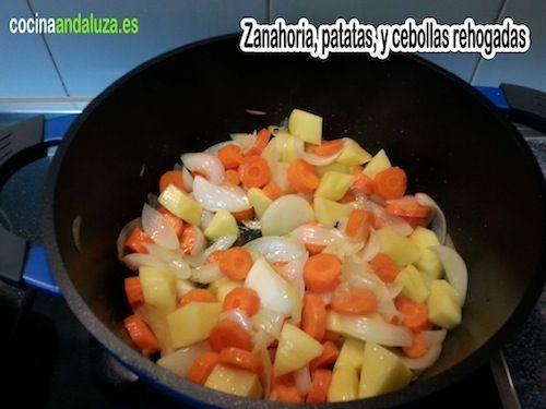 Se rehogan Zanahorias, patatas y cebolla para el potaje de Lentejas rojas