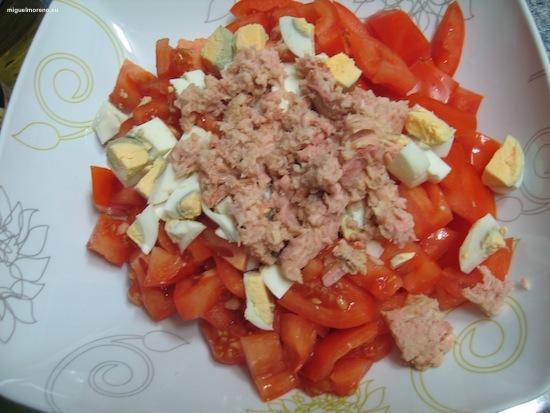Añadimos atún a los tomates y huevos