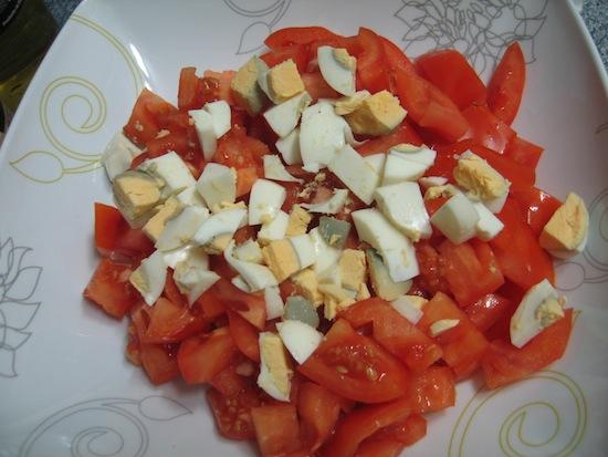 Ponemos los huevos con los tomates
