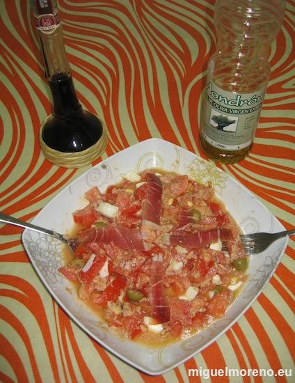 Picadillo de Tomates con huevo cocido y atún