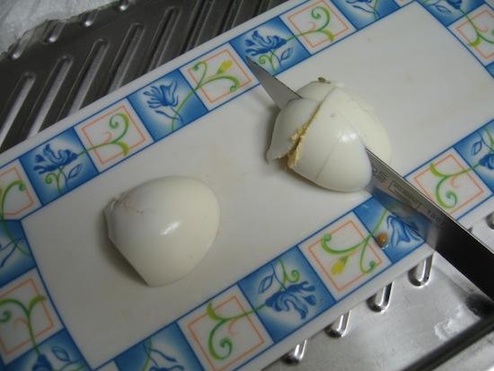 Cortar huevos duros en trozos pequeños