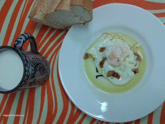 Huevo frito con ajo, pan cateto y jarra granadina