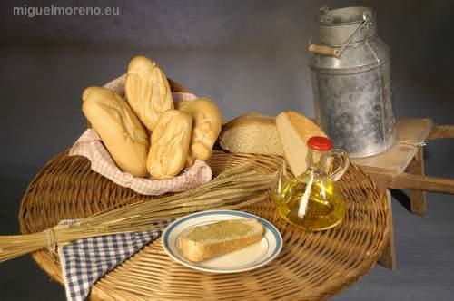 Rebanada de pan con aceite y cantara de leche antigua