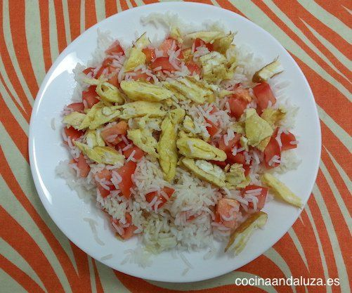 Ensalada de arroz basmati con tomate natural y tortilla francesa