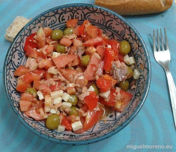 Picadillo de tomates con queso, atún, aceitunas, pimientos morrones y anchoas