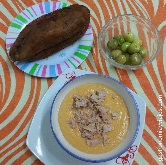 Salmorejo, con aceitunas aloreñas y batatas cocidas al horno