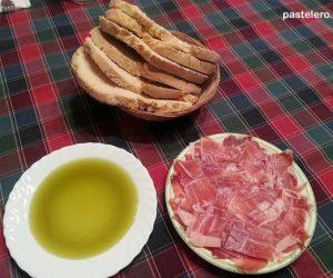 Desayuno de rebaná de pan cateto con aceite y jamón