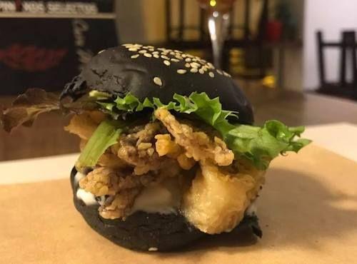 Bocadito de calamares con pan negro y Alí-olí de pan frito
