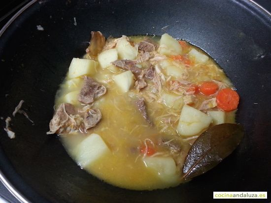 Estofado de pollo y ternera en un wok