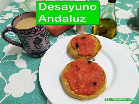 Desayuno mediterraneo con mollete integral, aceite de oliva virgen extra, tomate y ajo negro con café con leche en jarra de cerámica granadina