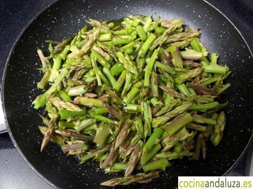 Esparragos trigueros en sartén con aceite de oliva