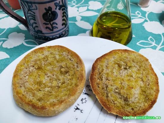 Desayuno andaluz con mollete integral y aceite de oliva virgen extra con café con leche en jarra de cerámica granadina