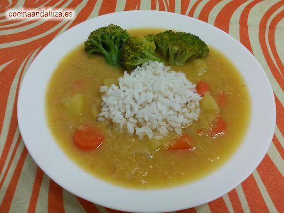 Plato de lentejas rojas con arroz cocido y brocoli