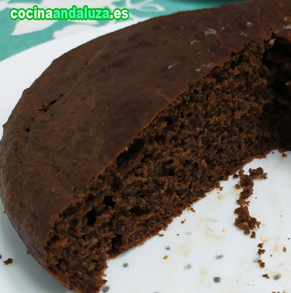 El bizcocho de algarroba es esponjoso y con un aspectoto que parece un bizcocho de chocolate