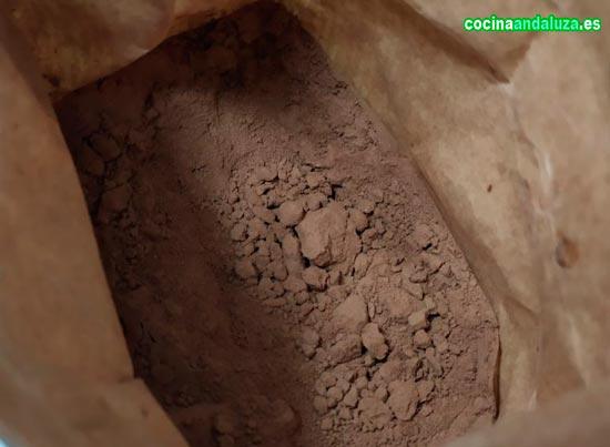 Harina de algarroba ecologica, ideal para hacer bizcochos y como sustituto de ColaCao y Nesquik.